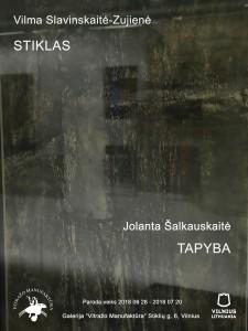 """Vilma Slavinskaitė-Zujienė """"Stiklas ║ Tapyba"""" Jolanta Šalkauskaitė Tai yra antroji """"Duetų"""" paroda. Šiuo parodų ciklu siekiama padėti parodų lankytojams suvokti kaip vitražas vystėsi ir keitėsi atsakydamas į drąsias naujas estetines kryptis bei impulsus, charakteringus nūdienos menui bendrai. Atskleisti kaip naujos technologijos skatina menininkus ieškoti stikle neribotų potencialų, būdingų pačiai medžiagai. Idėja surengti duetų parodą """"Stiklas/Tapyba"""" kilo susidomėjus pastarųjų metų tendencija – parodas rengti kiek netikėtose, industrinėse, kamerinėse ar netipiškos parodų salės erdvėse. Vilniaus senamiestyje įsikūrusi specializuota vitražo ir stiklo dizaino galerija """"Vitražo Manufaktūra"""" kaip tik ir yra tokia vieta, dėl savo unikalaus šviesos šaltinių išdėstymo, bei pritaikymo išskirtinai vitražo ir stiklo ekspozicijoms. Netiesiogiai sugretinus skirtingus plastikos būdus, paroda """"Stiklas/Tapyba"""" čia įsiterpia kaip dvi tapybiškumo paralelės, pulsuojančios tikėjimo šviesa."""